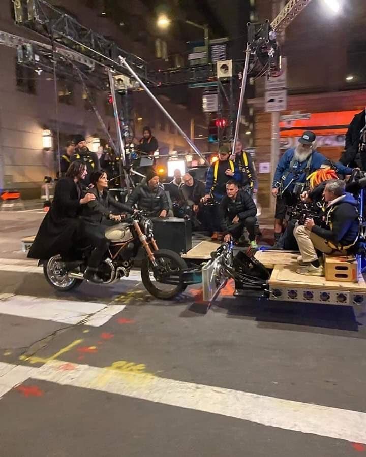 《黑客帝国4》最新片场照曝光 尼奥与崔尼蒂夜间同骑