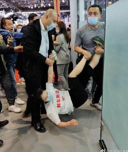 上海车展今日开幕 特斯拉展区再现女车主站车顶维权