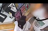12岁女孩奶茶店内遭男子掌掴事件后续,警方:男子有精神病史,双方达成和解